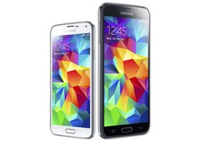 image for The 4.5-inch Galaxy S5 Mini (left) is much more compact than the 5.1-inch Galaxy S5 (right). / Credit: Samsung
