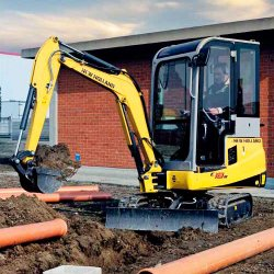 New Holland E18B image: The swing boom can go 80 degrees to the left and 45 degrees to the right.